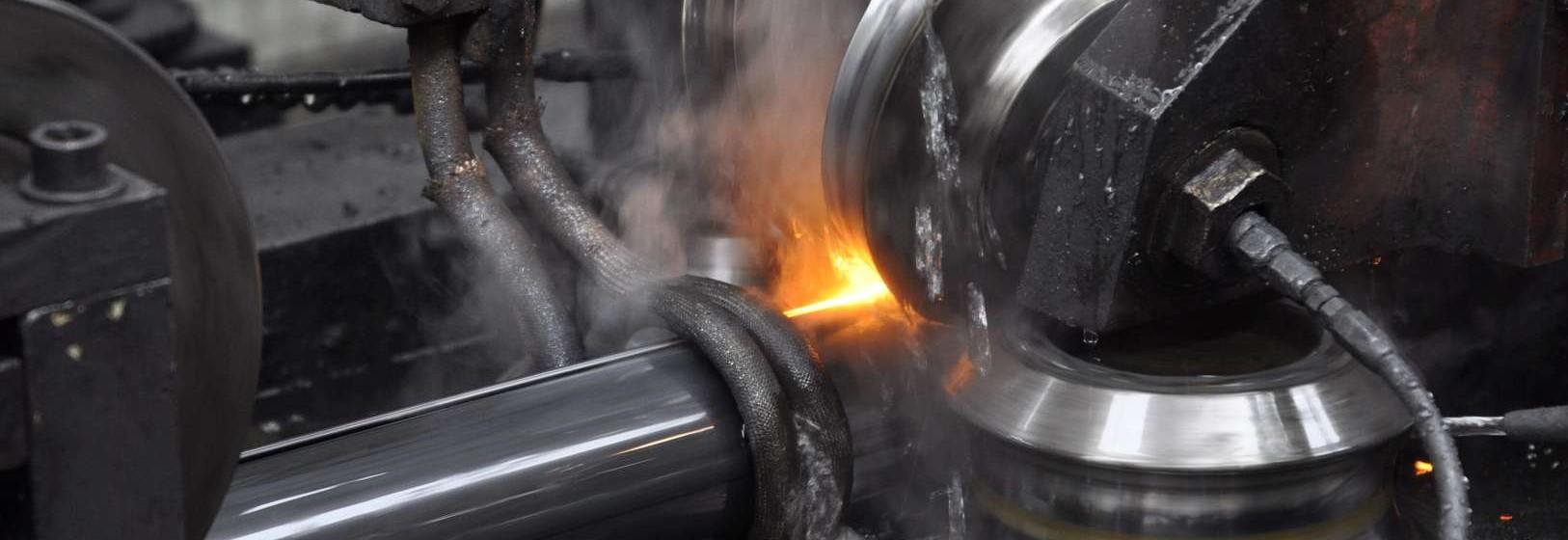 Profilage des tubes en acier dans l'établissement d'Acciaitubi