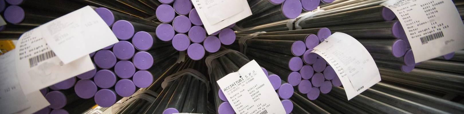 La gamme de tubes en acier dans l'établissement d'Acciaitubi