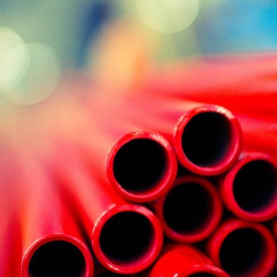 Finitions des tubes en acier dans l'établissement d'Acciaitubi